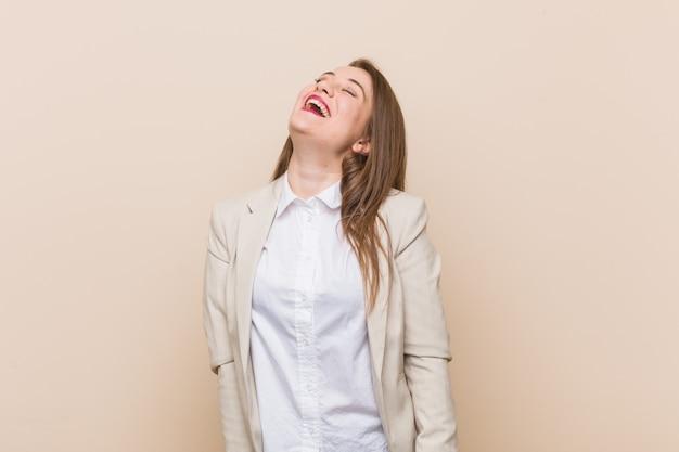 Młody bizneswoman szczęśliwy śmiejąc się, szyja rozciągnięty pokazano zęby