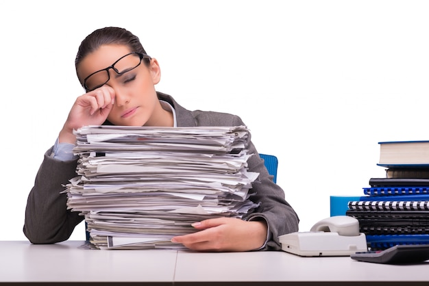 Młody bizneswoman w biurze odizolowywającym