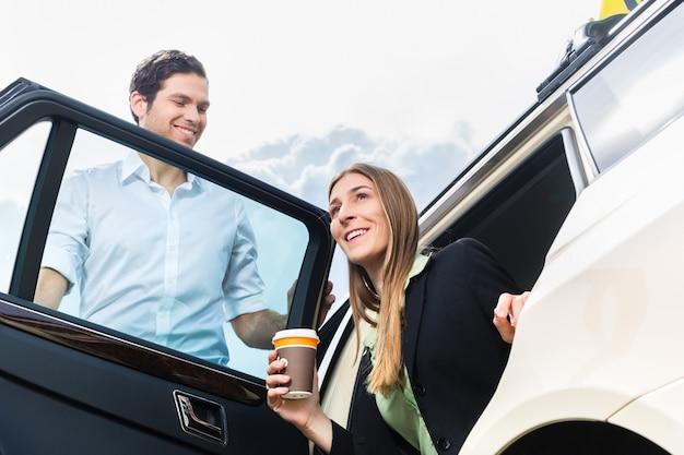 Młody bizneswoman wysiada z taxi