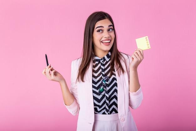Młody bizneswoman z robić listy kleistym notatkom, robić liście osobistego organizatora zarządzania przypomnienia zadania pojęciu