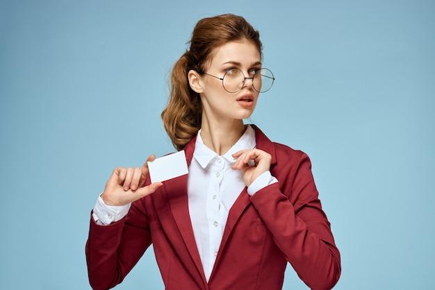 Młody bizneswoman z wizytówką w ręku