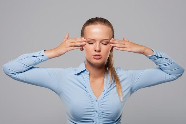 Młody bizneswoman ze złym bólem głowy