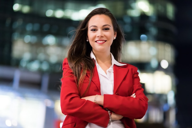 Młody bizneswomanu portret w nowożytnym miasta położeniu przy nocą