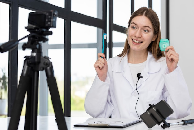 Młody bloger prezentujący akcesoria dentystyczne
