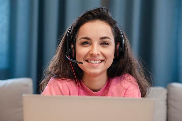 Młody blogger uśmiecha się z zestawu słuchawkowego