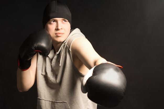 Młody bokser ćwiczy