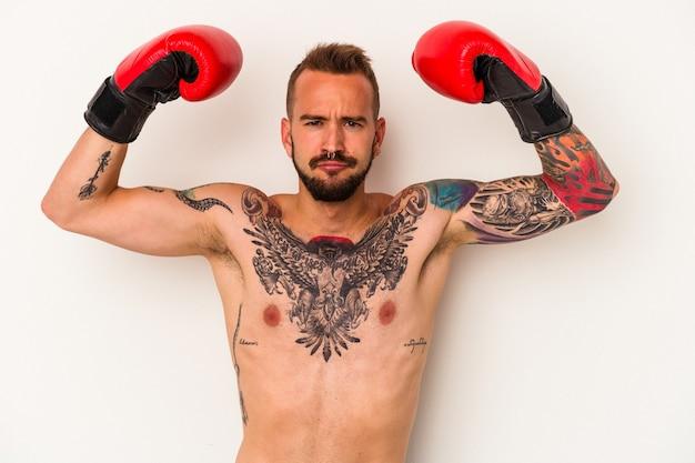 Młody bokser kaukaski mężczyzna z tatuażami na białym tle