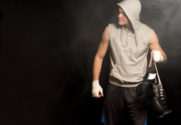Młody bokser przybywający na bójkę
