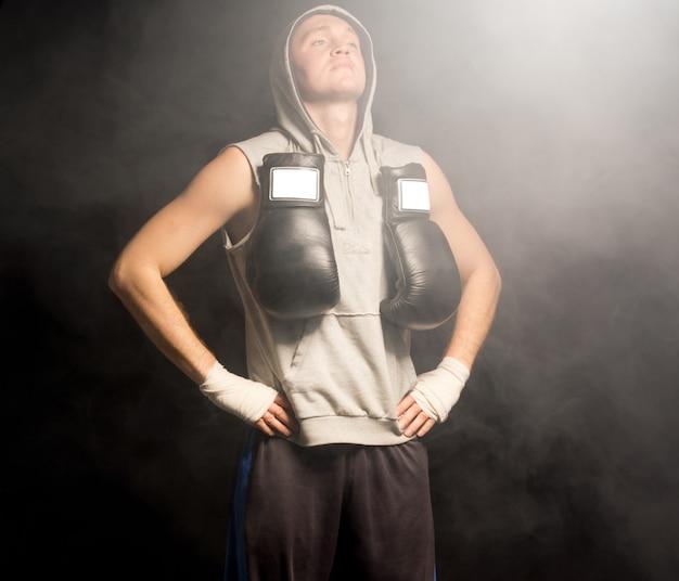 Młody bokser wykonuje ćwiczenia oddechowe, aby się uspokoić