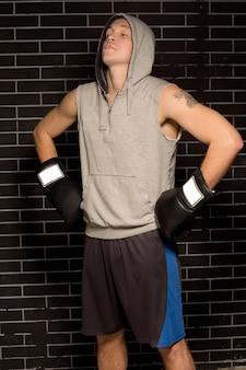 Młody bokser zbiera koncentrację