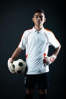 Młody bramkarza piłki nożnej mężczyzna odizolowywający akademii piłki nożnej drużyna