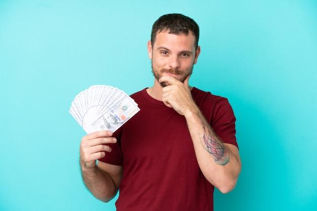 Młody brazylijski mężczyzna biorący dużo pieniędzy na odosobnione myślenie w tle .