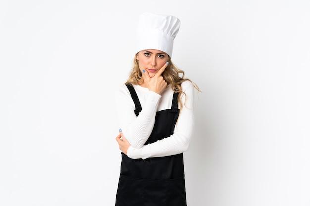 Młody brazylijski szef kuchni kobieta na białym myśleniu