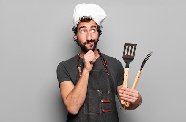 Młody brodaty mężczyzna grillujący szef kuchni
