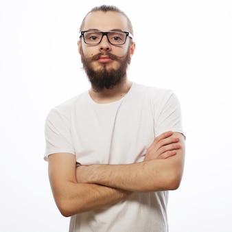 Młody brodaty mężczyzna hipster