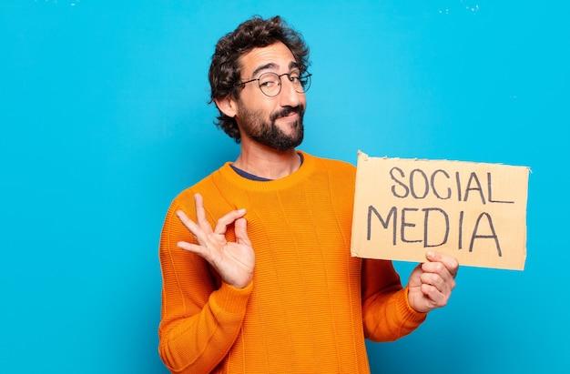 Młody brodaty mężczyzna koncepcja mediów społecznościowych