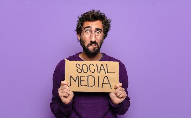 Młody brodaty mężczyzna koncepcja mediów społecznych