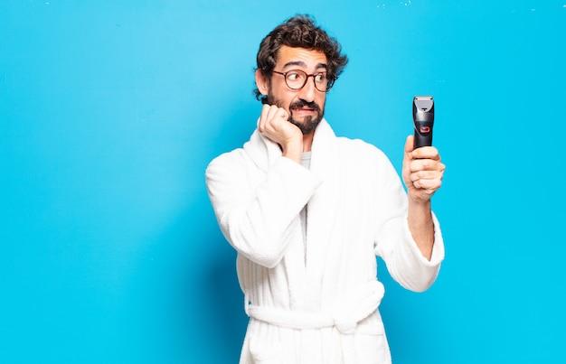 Młody brodaty mężczyzna na sobie szlafrok. koncepcja pielęgnacji włosów lub brody