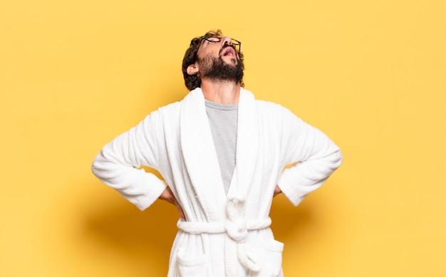 Młody brodaty mężczyzna na sobie szlafrok