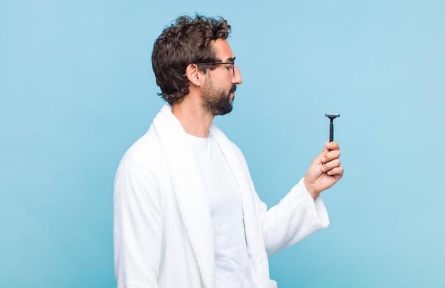 Młody brodaty mężczyzna na widoku profilu