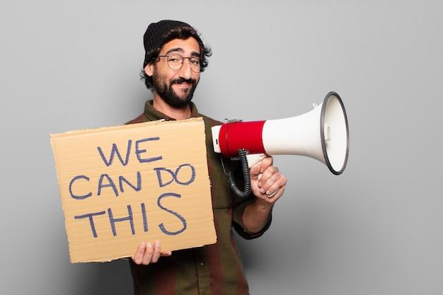 Młody brodaty mężczyzna protestujący z megafonem