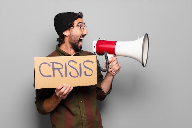 Młody brodaty mężczyzna protestuje przez megafon