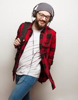 Młody brodaty mężczyzna słucha muzyki