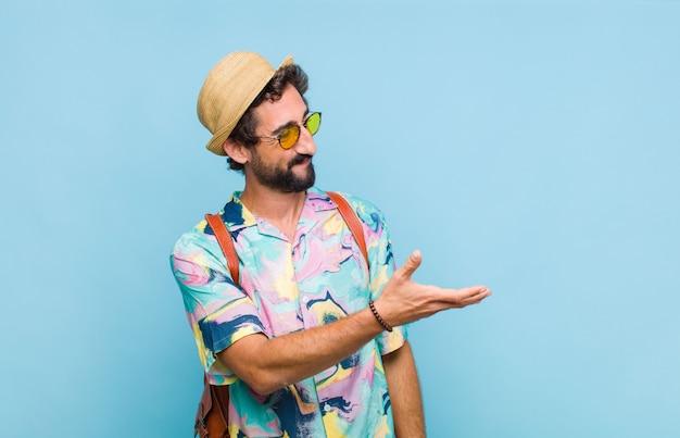 Młody, brodaty mężczyzna turysta uśmiecha się, wita i oferuje uścisk dłoni, aby zamknąć udaną transakcję, koncepcja współpracy