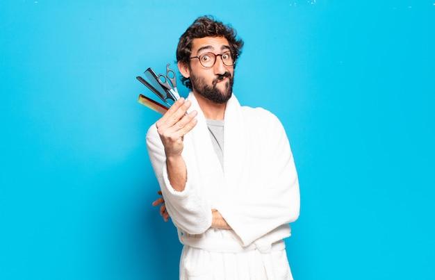 Młody brodaty mężczyzna ubrany w szlafrok. koncepcja pielęgnacji włosów lub brody