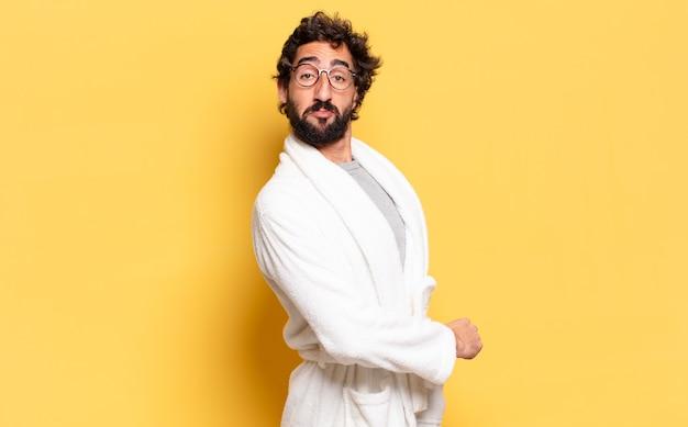 Młody brodaty mężczyzna ubrany w szlafrok