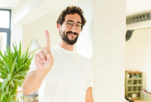 Młody brodaty mężczyzna w domu. dumny wyraz