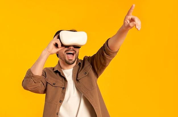 Młody brodaty mężczyzna w okularach wirtualnej rzeczywistości na białym tle. technologie przyszłości.