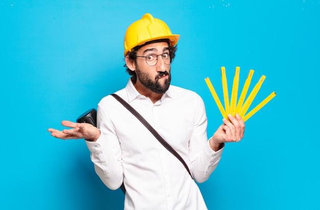 Młody brodaty mężczyzna w żółtym kasku