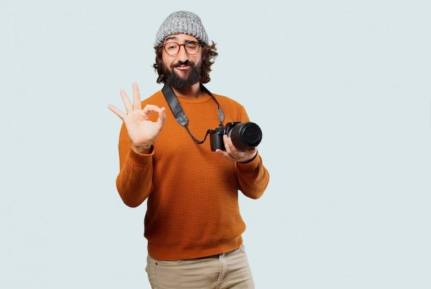 Młody brodaty mężczyzna z aparatu fotograficznego