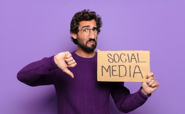 Młody brodaty mężczyzna z banerem mediów społecznościowych
