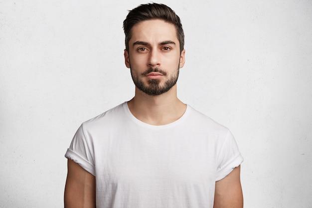Młody brodaty mężczyzna z białą koszulką