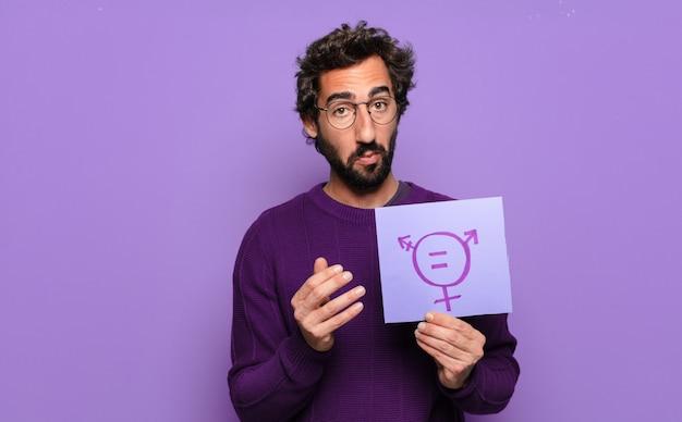 Młody brodaty mężczyzna z dokumentem dotyczącym równości płci