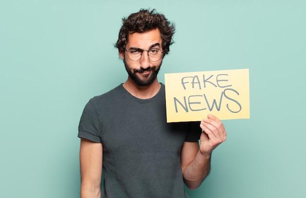 Młody brodaty mężczyzna z fałszywą tablicą informacyjną