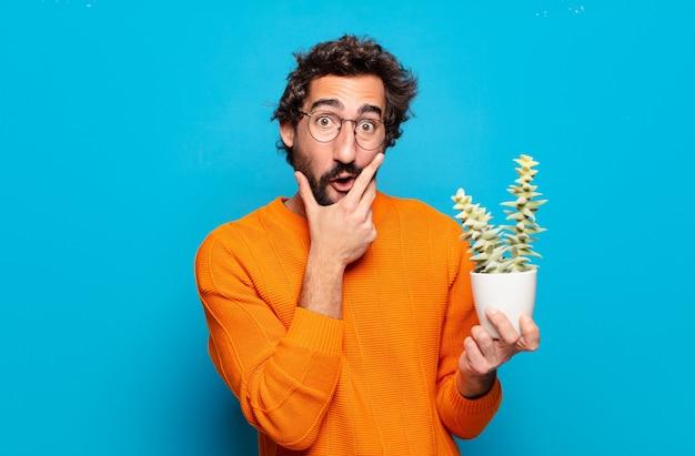 Młody brodaty mężczyzna z kaktusową rośliną