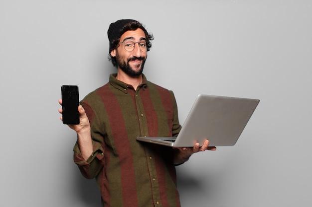 Młody brodaty mężczyzna z laptopem