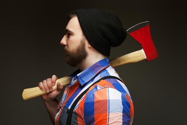 Młody brodaty mężczyzna z wielkim toporem