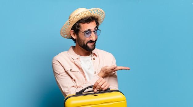 Młody brodaty mężczyzna z żółtym wózkiem