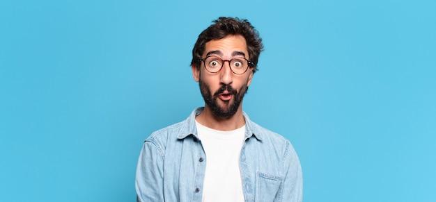 Młody brodaty mężczyzna ze zdziwionym wyrazem twarzy