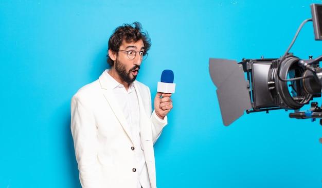 Młody brodaty prezenter telewizyjny