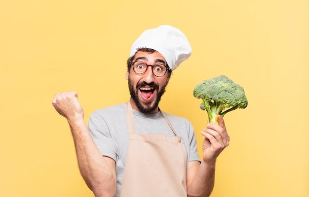 Młody brodaty szef kuchni świętuje zwycięstwo