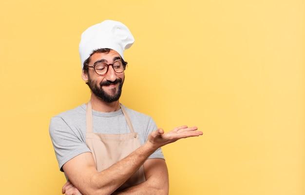 Młody brodaty szef kuchni szczęśliwy wyraz twarzy