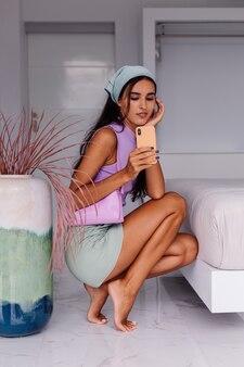 Młody całkiem kaukaski blogerka modowa ubrana w stylowe ubrania i szalik na głowie