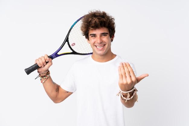 Młody caucasian mężczyzna bawić się tenisa i robi nadchodzącemu gestowi