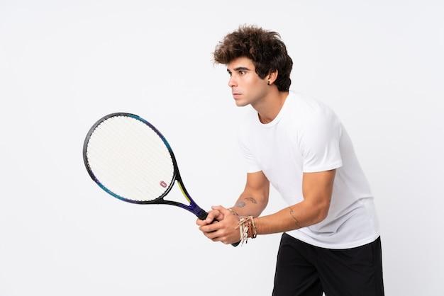 Młody caucasian mężczyzna bawić się tenisa
