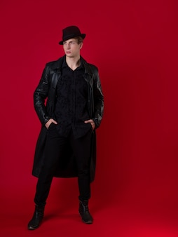 Młody, charyzmatyczny mężczyzna w czarnym ubraniu, bohater opowieści noir